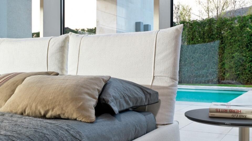 Кровать Desiree Freemood в мягкой обивке разных цветов и фактур с изголовьем в виде подушек и встроенным подвижным механизмом в них итальянская мебель в Одессе