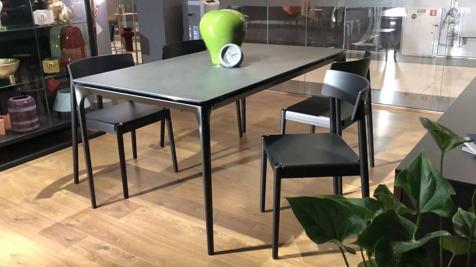 стол обеденный Calligaris Silhouette, керамическая столешница в цвете Black oxide, на черных металлических ножках итальянская мебель в Одессе