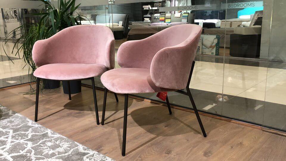 Кресло лаунж Holly от итальянской фабрики Calligaris в мягкой обивке пудрово-розового цвета, на металлических ножках MATT BRONZE. Габариты: д 70 см* ш 67 см* в 45 см/75,5 см итальянская мебель в Одессе