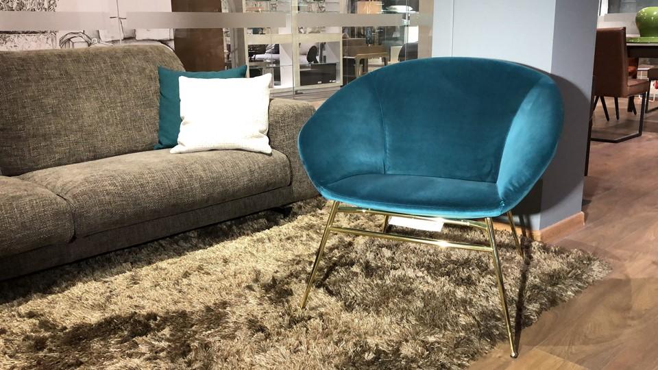 Кресло лаунж Love от итальянской фабрики Calligaris в мягкой обивке синего цвета, на металлических ножках Polished Brass итальянская мебель в Одессе