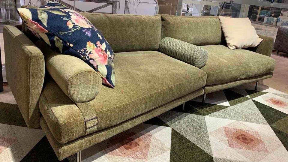 Модульный диван Mies итальянского производителя Calligaris. Изящные подлокотники, асимметричная форма модулей, тканевая обивка, металлические ножки в отделке черный никель. Полностью съемные чехлы. Наполнение из пенополиуретана разной плотности. Дополняют диван декоративные валики и подушка итальянская мебель в Одессе