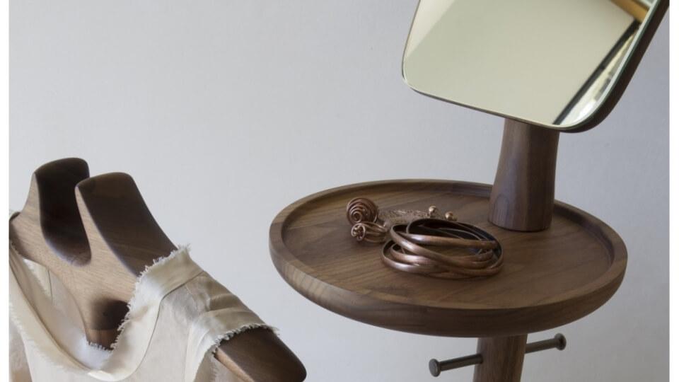 Вешалка Porada Sam из массива ореха. Оснащена брючницей, крючками для одежды, подставкой для аксессуаров, зеркалом и мягким сиденьем итальянская мебель в Одессе