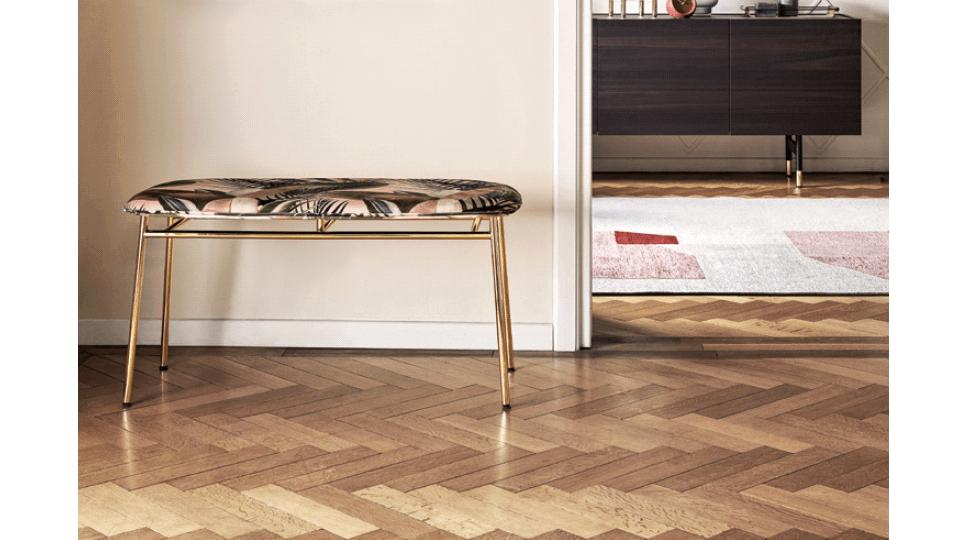 скамья FIFTIES с тонким металлическим профилем на четырех ножках (цвет - Polished Brass) в сочетании с классическим и изысканным бархатом (цвет - Forest Green) итальянская мебель в Одессе